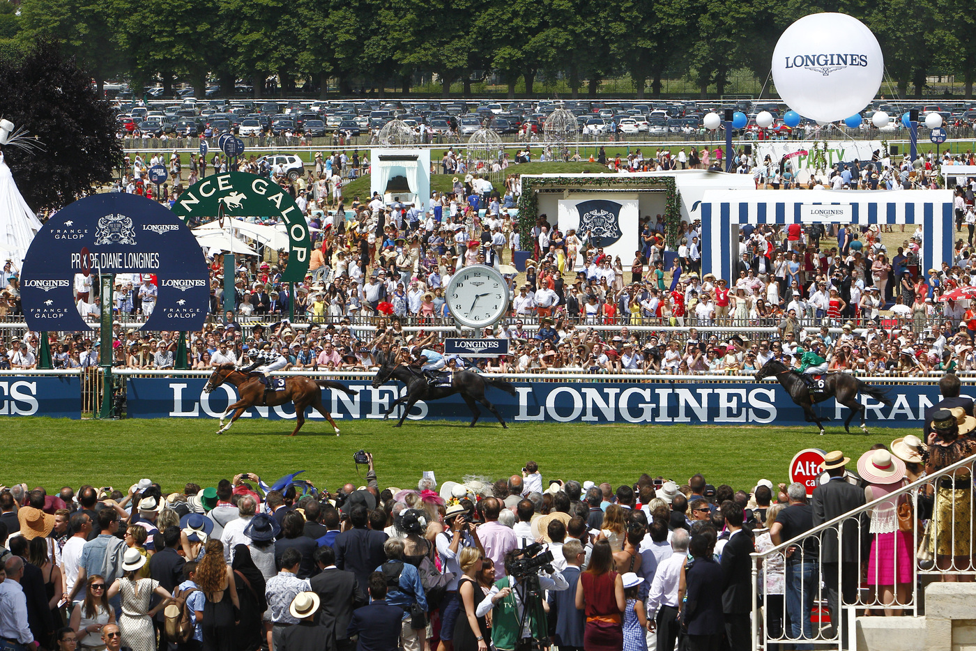 Longines Flat Racing Event: The Prix de Diane Longines – 45'000 spectators, 9 races, 1 Queen of Elegance and 1 King of the Prix de Diane Longines 12